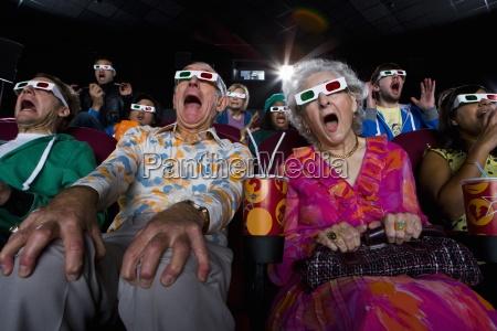 kinopublikum in 3d brille machen gesichter