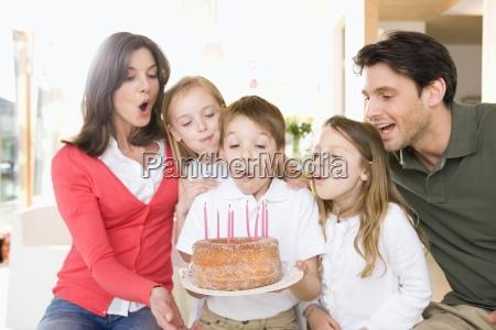 el muchacho joven con la familia