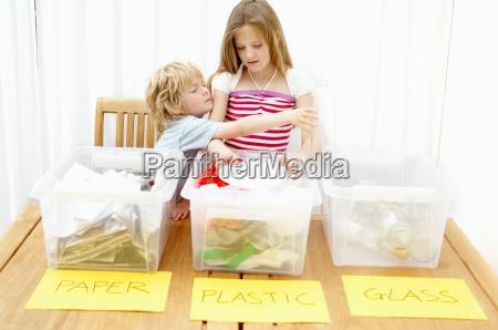 junge und maedchen trennpapier kunststoff und