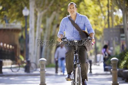 spanien barcelona u200bu200bmann radfahren im stadtstrasse