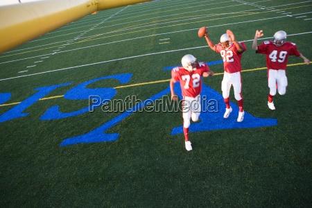 drei american football spieler in rot