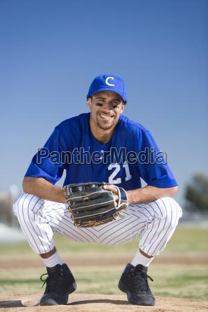 baseballspieler in blauer uniform schutzhandschuh und
