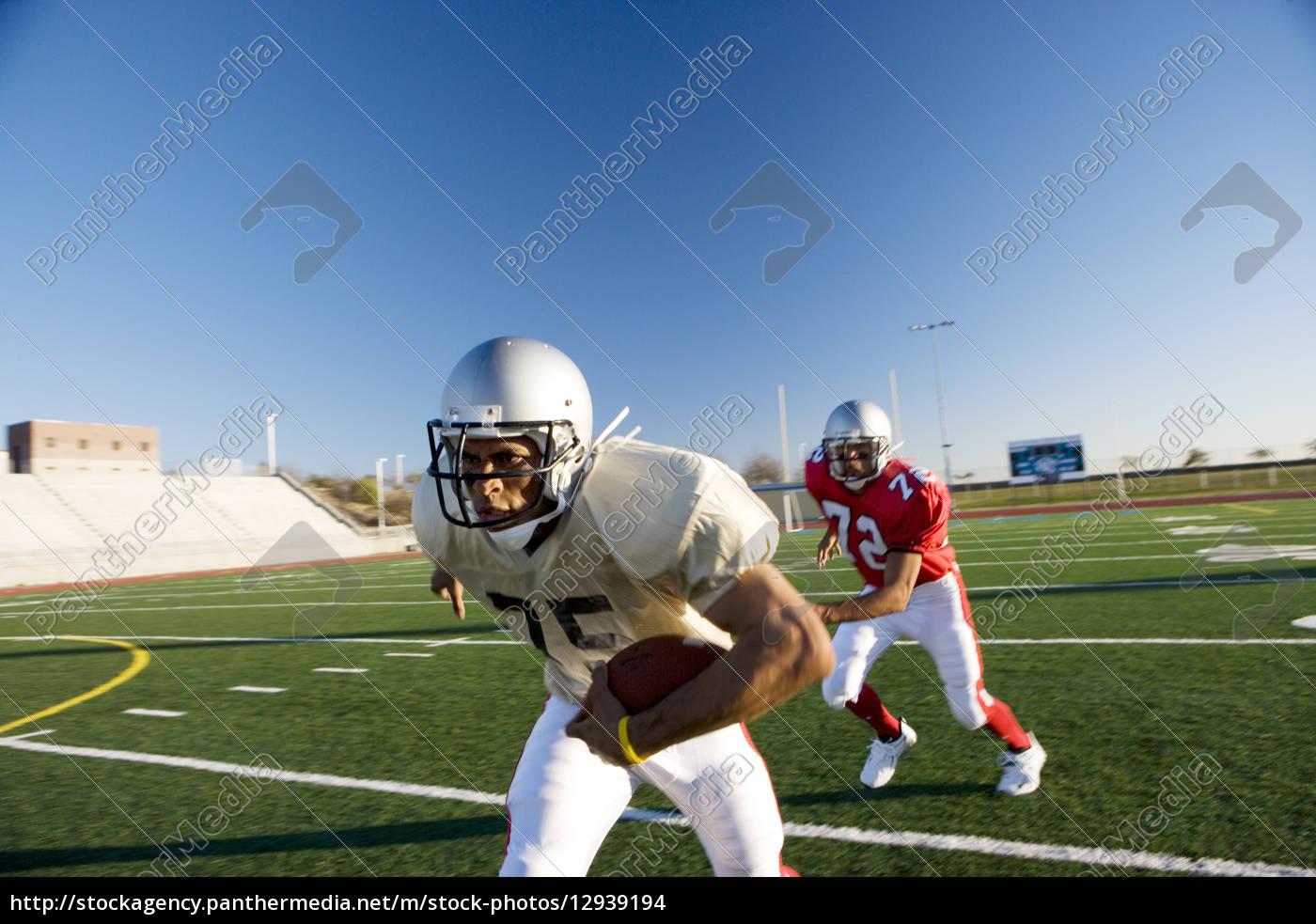 american, football-spieler, jagen, gegnerischen, spieler, mit - 12939194
