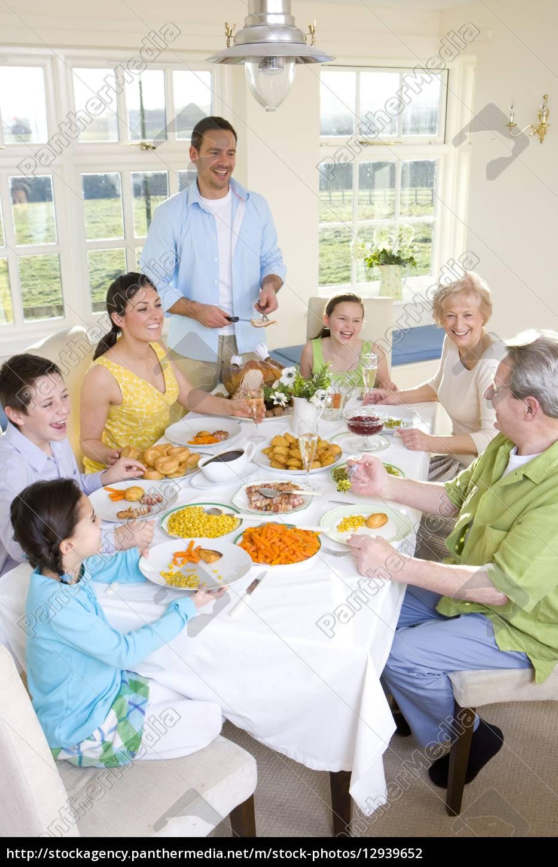 multi-generationen-familie, zu, abend, zu, essen, am - 12939652