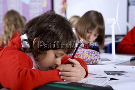 konzentrierende schule jungen die arbeit im