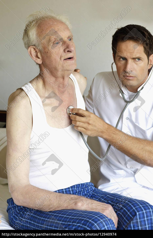 ein, doktor, der, einen, älteren, mans, brust - 12940974