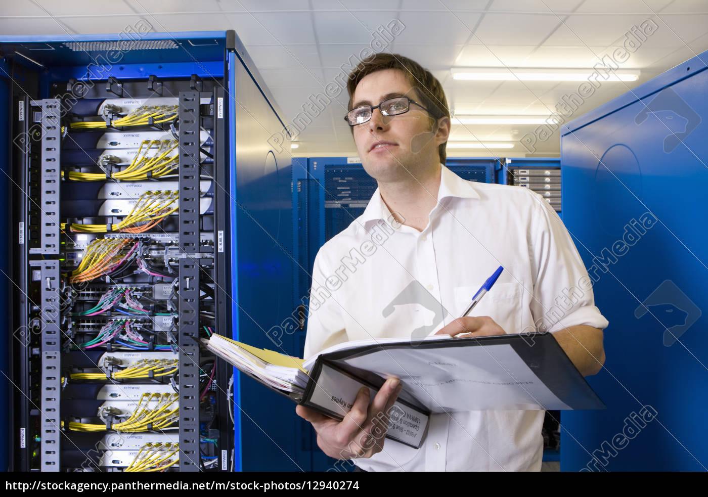 It techniker mit einem bindemittel im netzwerk stock for Ict techniker