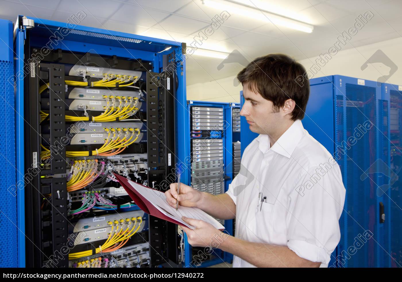 It techniker mit ordner kontrolle netzwerk server for Ict techniker