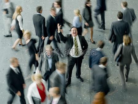 ein geschaeftsmann in einer menschenmenge eine