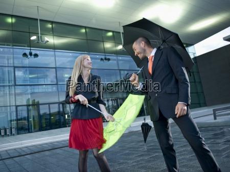 ein mann und eine frau regenschirme