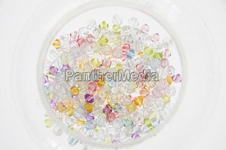 eine auswahl von farbigen perlen in