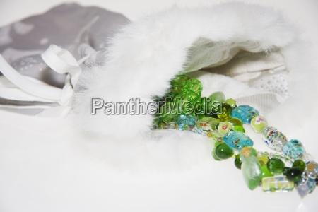 eine halskette aus bunten perlen in