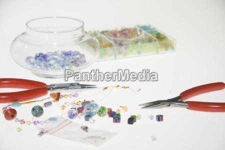 farbigen perlen und werkzeuge zur herstellung