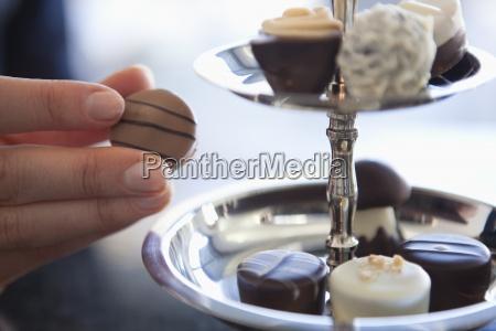 eine frau die eine schokolade aus