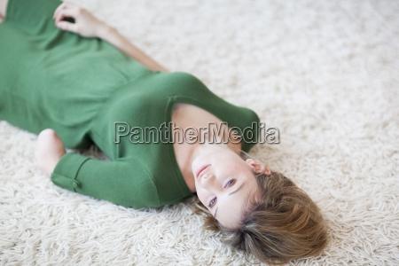 mujer joven con brazo amputado acostado