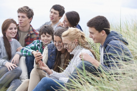 amigos adolescentes que leen el mensaje