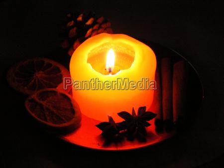 weihnachtliche dekoration mit brennender kerze