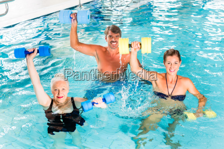 gruppe macht wasser gymnastik aquarobic