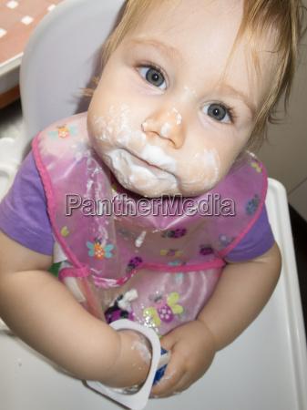 baby schmutzigen gesicht weissen joghurt in