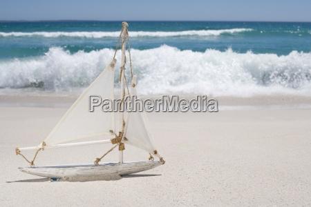 nahaufnahme von spielzeug segelboot am strand