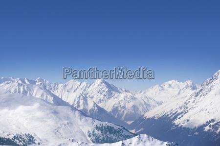 verschneite bergkette und blauer himmel