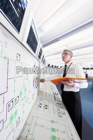 ingenieur der oben monitore im kontrollraum
