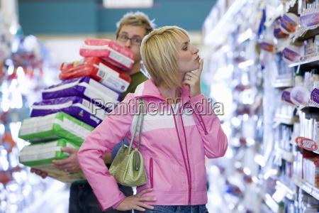 paar einkaufen im supermarkt menschen kaempfen