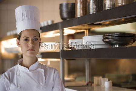 weiblicher chef standing in gewerbliche kueche