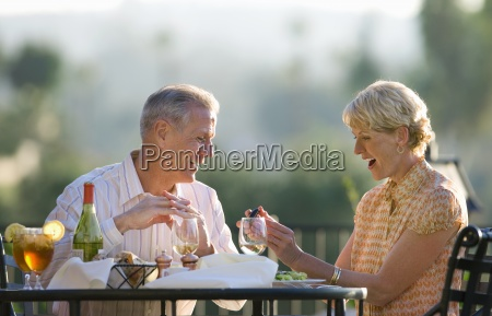 aelteres ehepaar essen im outdoor restaurant