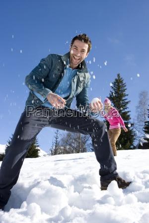 junges paar mit schnee kampf im