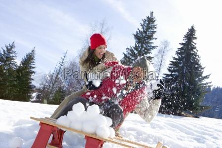 junges paar mit schneekampf im schnee
