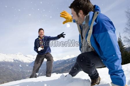 zwei junge maenner schnee kampf im