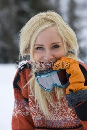 junge frau im schneefeld mit skibrille