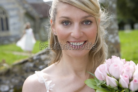 close up der braut mit blumenstrauss