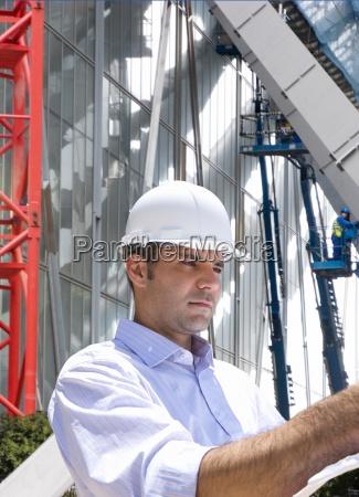 geschaeftsmann inspektion baustelle