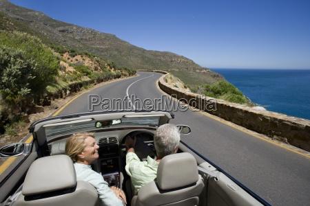 paar cabrio auf coast highway