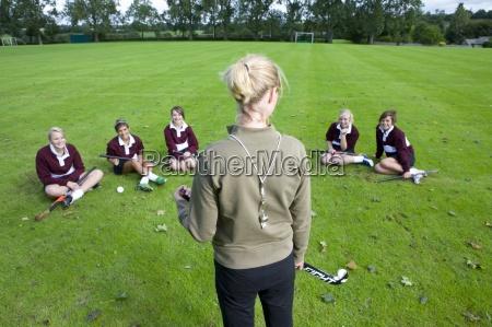 coach stehen vor teenager maedchen eine
