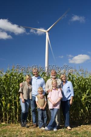 multi generationen familie mit maisfeld und