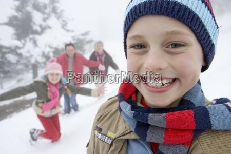 portret mlodego chlopca w odziezy zimowej