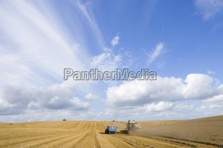 wolken im blauen himmel verbinden ueber