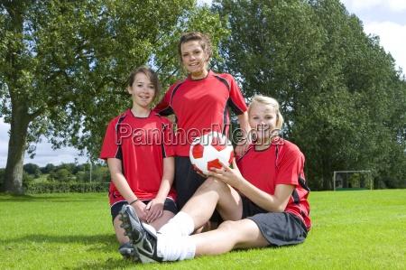 porträt, von, lächelnden, teenager-mädchen, in, fußball-uniformen - 12964450