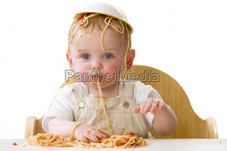 messy baby mit spaghetti spielen
