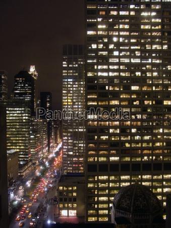 staedtische stadtbild mit autos und highrises