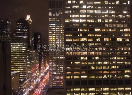 urban bybilledet med biler og highrises