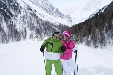 laechelnd skifahrer im tal skipiste stehen