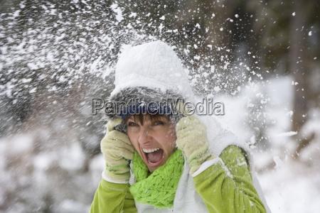 shouting kvinde blive ramt med snebold