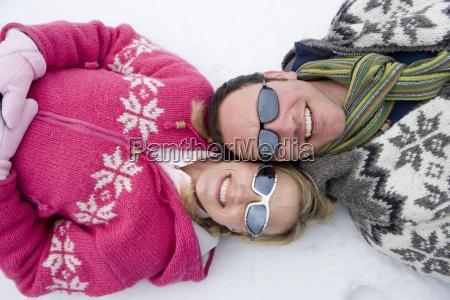 smiling paar die verlegung im schnee