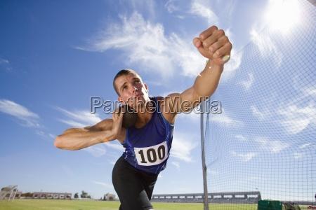 maennliche athleten bereiten sich auf kugelstossen