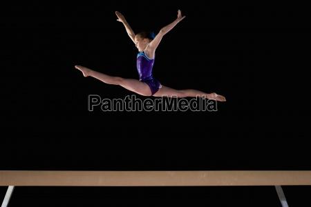 junger weiblicher gymnast 9 11 durchfuehren