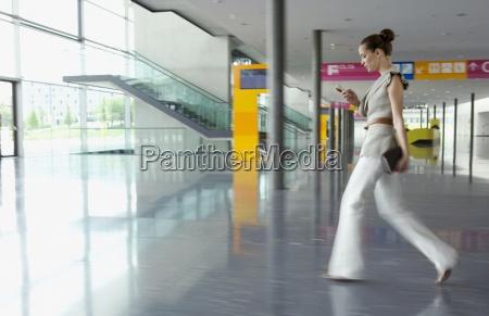 geschaeftsfrau zu fuss in kongresszentrum